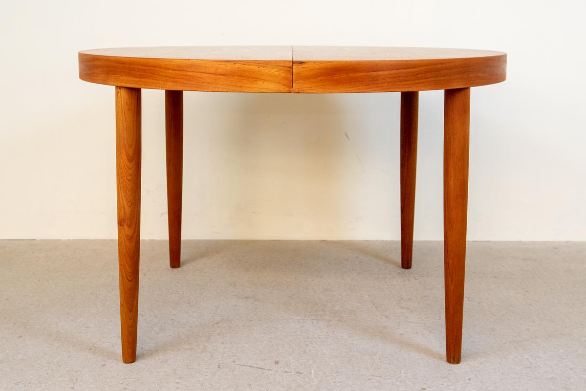 ラウントテーブル